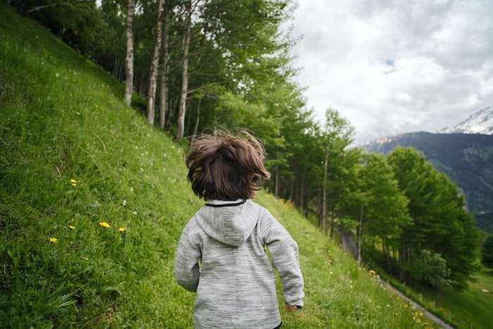 Bambino corre in montagna